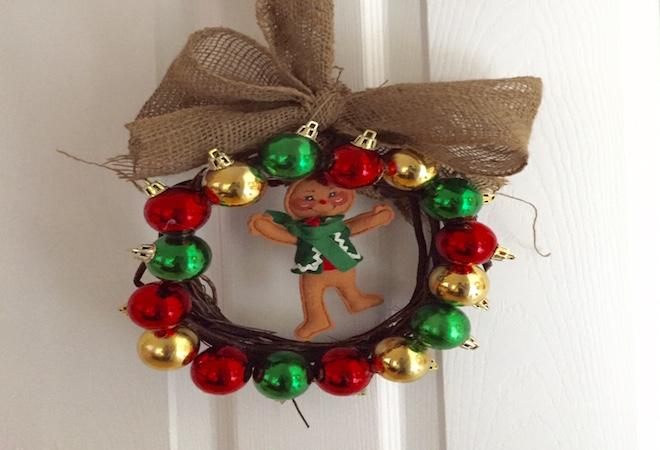 Corona de navidad para la puerta vivir latina for Arreglo para puertas de navidad