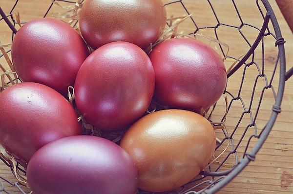 Huevos de pascua pintados tradicion canasta