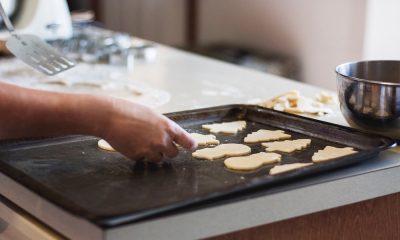 Cómo limpiar rápido las bandejas para el horno
